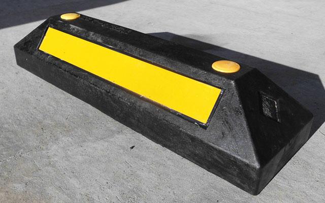 コンクリート車止めと同等の耐久性! リサイクル材製車止め パーキングラバー