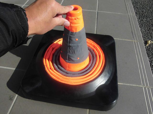 折りたたみ式で持ち運び便利なコーン!